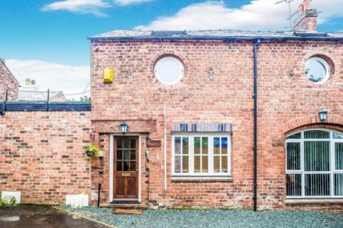 1 MOSS FIELDS, HIGH STREET - 2 bed barn conversion