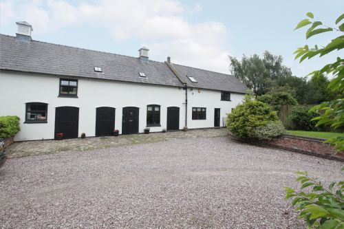 CALVELEY HALL - 4 Bedroom barn conversion